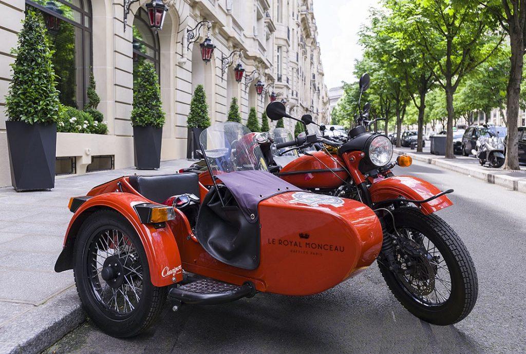 В Париже туристов катают на советских мотоциклах «Урал»